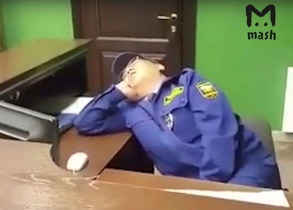 Охранник спит на посту фото