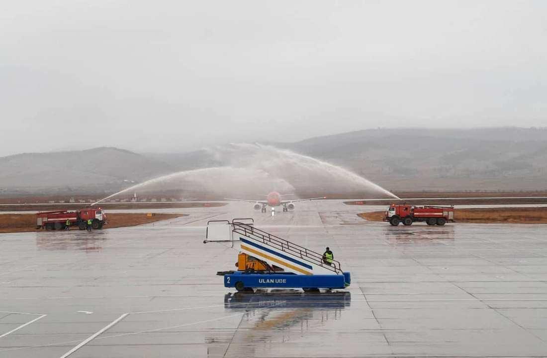 Первому самолёту зашедшей в Бурятию новой авиакомпании «Red Wings Airlines» в аэропорту «Байкал» устроили «водный салют»
