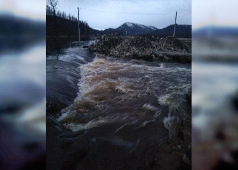 В Бурятии никак не могут восстановить движение на затопленной дороге