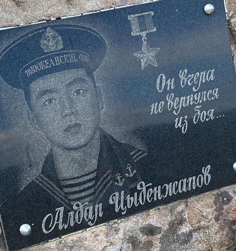Житель Бурятии на свою пенсию установил памятник Алдару Цыденжапову