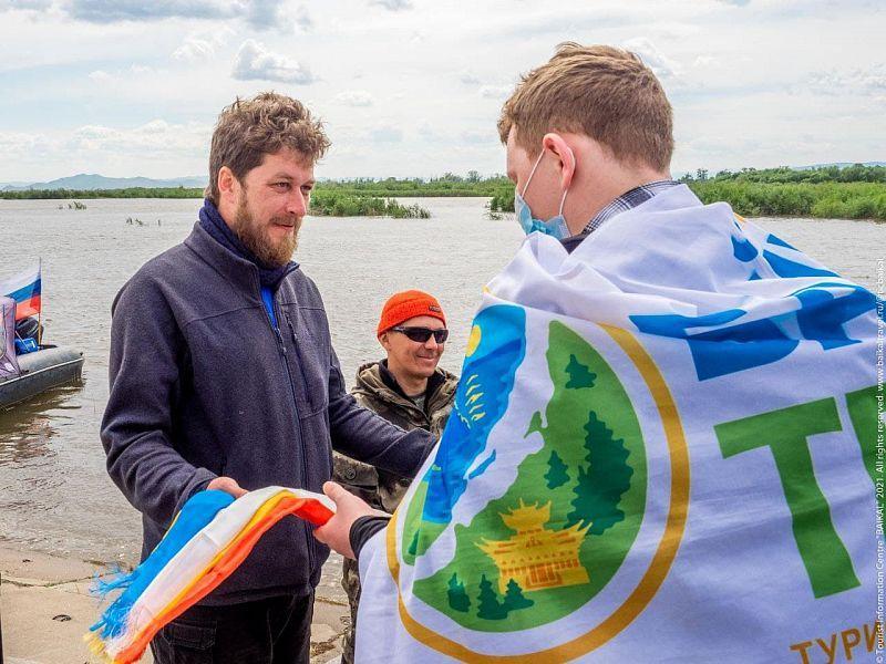 Экстремалы на катамаране решили пройти в Охотское море через Байкал - сейчас они сделали остановку в Улан-Удэ