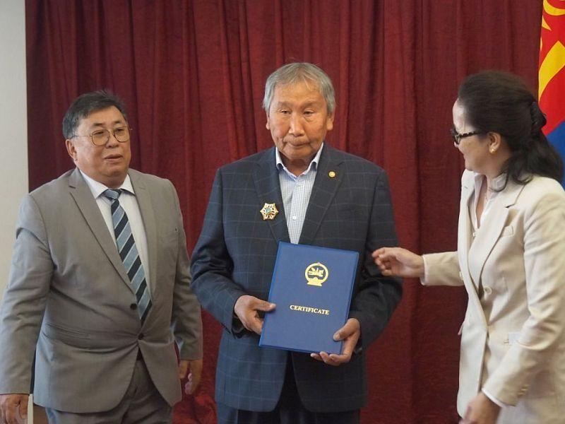 Известного художника из Бурятии  Юрия Мандаганова наградили монгольским орденом Полярной звезды