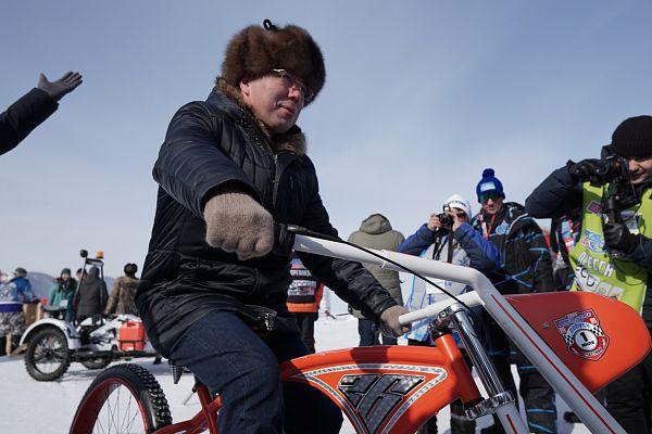 Алексей Цыденов катается на красном велосипеде