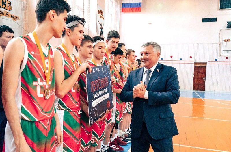 Школьники из Бурятии могут не попасть на финал чемпионата СНГ по баскетболу - команде не хватает денег на поездку